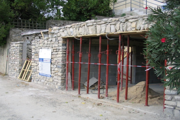 Rénovation d'une façade de maison de village en pierre dans le Gard