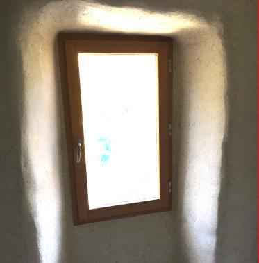 Encadrement de fenêtre réalisé en chanvre et chaux