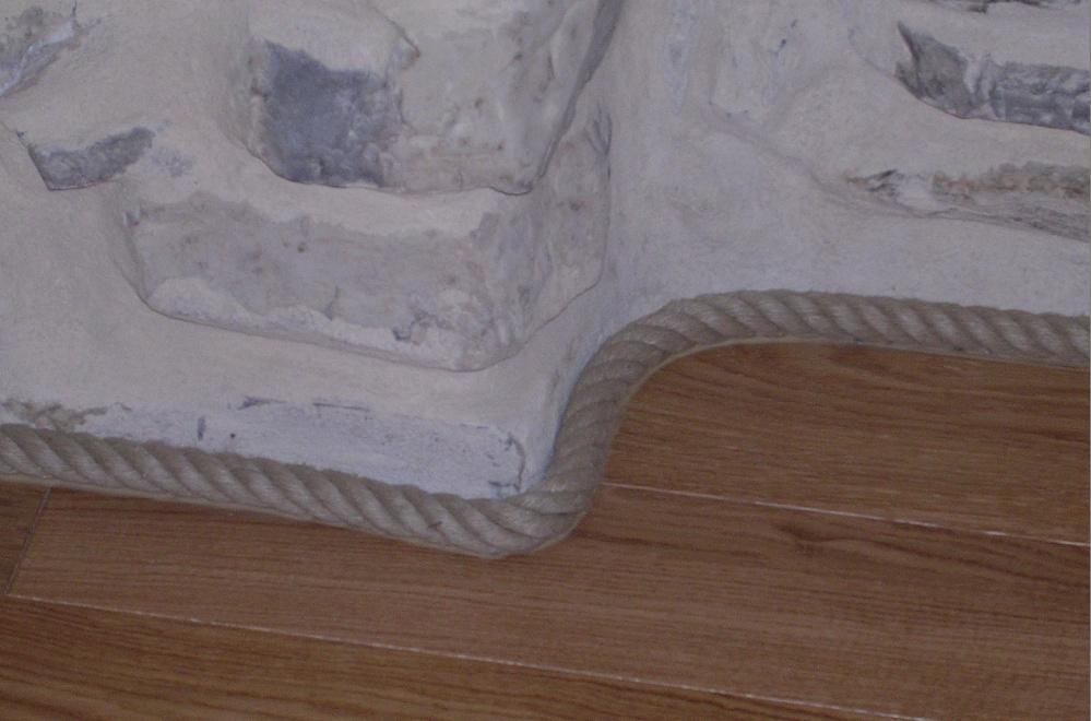 plinthe en corde de chanvre sur mur en pierre