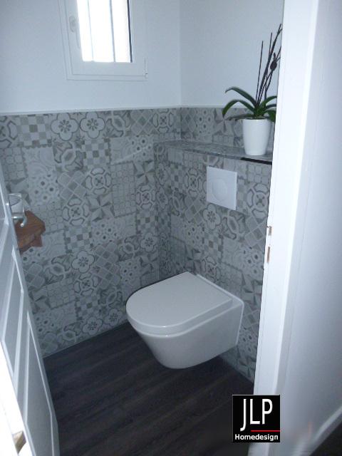 Un soubassement en carreau de ciment pour un toilette