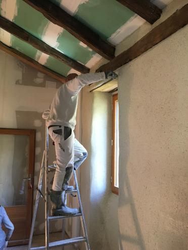travail de talochage et finition d'un mur en chaux et chanvre