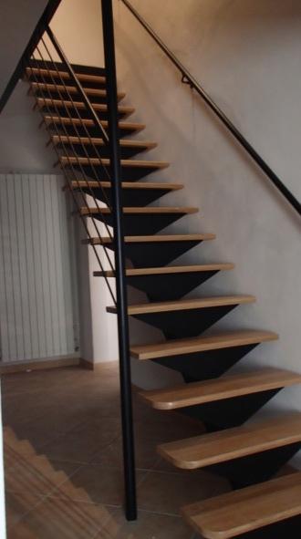 Un escalier sur mesure en bois et en fer.