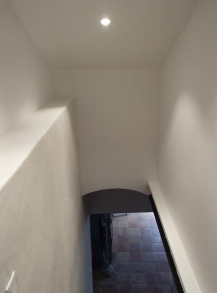 Cage d'escalier à la chaux