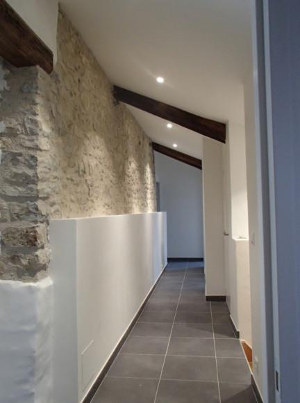 Rénovation maison pierre, soubassement en doublage pour gaine technique.